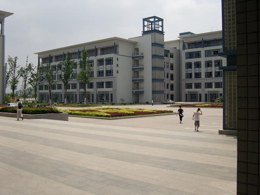 南京邮电大学前身是1942年诞生于山东抗日根据地的八路军战邮干训班,是我党、我军早期系统培养通信人才的学校之一。1958年经国务院批准改建为本科高校,取名南京邮电学院;2005年4月,更名为南京邮电大学。学校原为邮电部和信息产业部直属重点高校,2000年起实行中央与地方(现为工业和信息化部、国家邮政局与江苏省)共建,以江苏省管理为主,现为江苏省重点建设高校。2013年10月,原南京人口管理干部学院正式并入南京邮电大学。学校秉承信达天下自强不息的南邮精神,践行厚德、弘毅、求是、笃行的校训,发扬勤