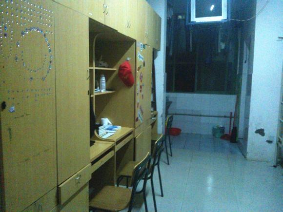 南昌航空大学的1000元宿舍是上下铺的吗,几个人住?图片