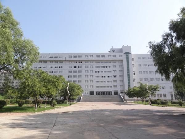 锦州医科大学诞生于解放战争时期,学校前身为1946年在吉林省洮南市成立的辽吉军区卫生学校。1949年迁址辽宁省锦州市,1958年成立锦州医学院,2006年更名为辽宁医学院。2007年以优秀的成绩通过国家教育部本科教学工作水平评估。2016年3月,经国家教育部批准,正式更名为锦州医科大学。经过70余年的发展已成为一所以医学为主,多门类、多层次、多种办学形式的省属普通高等院校。   校园总占地面积994987.