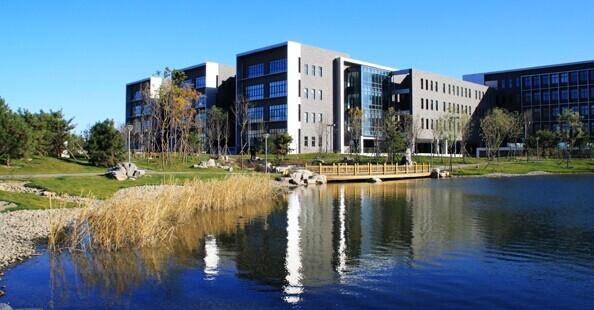 北京航空航天大学(简称北航)成立于1952年,由当时的清华大学、北洋大学、厦门大学、四川大学等八所院校的航空系合并组建,是新中国第一所航空航天高等学府,现隶属于工业和信息化部。学校分为学院路校区和沙河校区,占地3000亩,总建筑面积150余万平方米。自建校以来,北航一直是国家重点建设的高校,是全国第一批16所重点高校之一,也是80年代恢复学位制度后全国第一批设立研究生院的22所高校之一,首批进入211工程,2001年进入985工程,2013年入选首批2011计划国家协同创新中心。经过六十年的建设