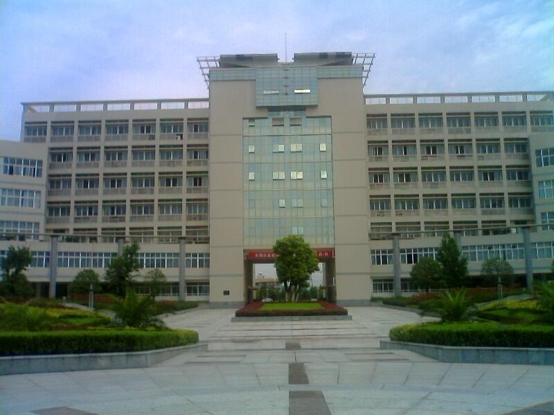 三峡大学科技学院是经国家教育部备案、湖北省教育厅批准,由三峡大学与宜昌教育实业开发总公司合作举办的具有独立事业法人地位的高校独立学院。其前身是2000年9月成立的三峡大学宜昌分校;2002年8月,经省教育厅批准更名为三峡大学科技学院;2004年2月,经国家教育部批准重新确认为实施高等学历教育的高校独立学院。学院于2010年通过了湖北省独立学院本科专业教学水平评估,2012年通过了湖北省独立学院学士学位授予权单位及专业审核评估,具有自主颁发学士学位资格。 学院位于三峡工程所在地、世界水电之都、中国旅游名城