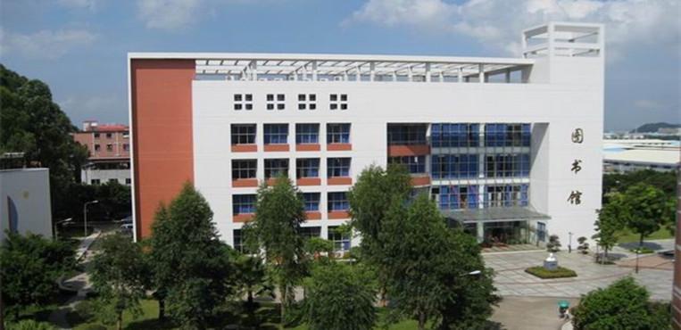 广东女子职业技术学院是由广东省妇联主办、经广东省人民政府批准成立的华南地区唯一一所公办女子高校。学校至今有30多年的办学历史,其前身是1981年由广东省妇联创办的广东省妇女干部学校和1992年成立的广东女子中等专业学校,2001年升格为广东女子职业技术学院。2006年12月,学校以优异成绩通过了教育部高职高专院校人才培养工作水平评估。2013年11月,学校被确定为省级示范性高职院校建设单位。2015年12月,学校被认定为广东省依法治校示范校。 学校主校区位于广州市番禺区,毗邻广州亚运城,校园环境幽雅,办学