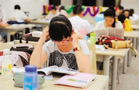 高三学生期中考临近心理压力大 如何减压?