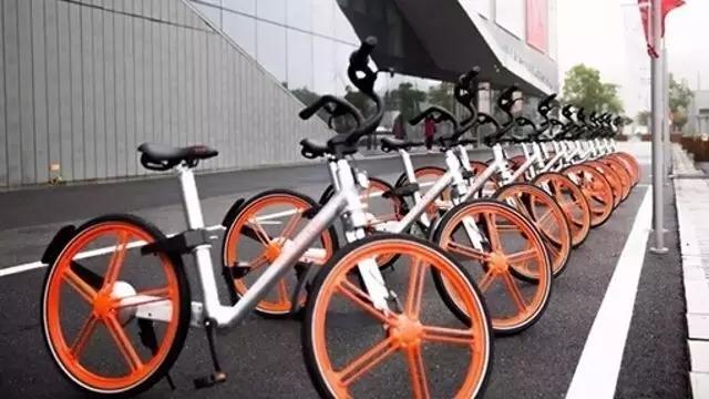 在街头,仿佛一夜之间,共享单车已经到了泛滥的地步,各大城市路边排满各种颜色的共享单车。 共享单车已经越来越多地引起人们的注意,由于其符合低碳出行理念,政府对这一新鲜事物也处于善意的观察期。 公共出行的最后一公里问题一直是许多城市交通系统面临的难题。在北京、上海等一线城市,这个问题显得尤为突出。例如,如果家到地铁站口的距离较远,除步行之外的通勤方式就只能选择自行车、蹦蹦车以及摩的等黑车。快递业的最后一公里,衍生出的需求催生出各种快递柜和代收服务的商机。 而公共出行的最后一公里也让部分