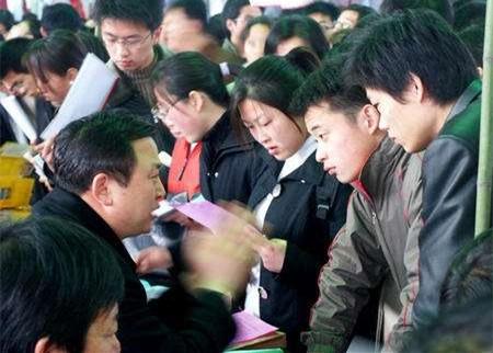 港媒:明年内地大学毕业生创新高 工资将下降