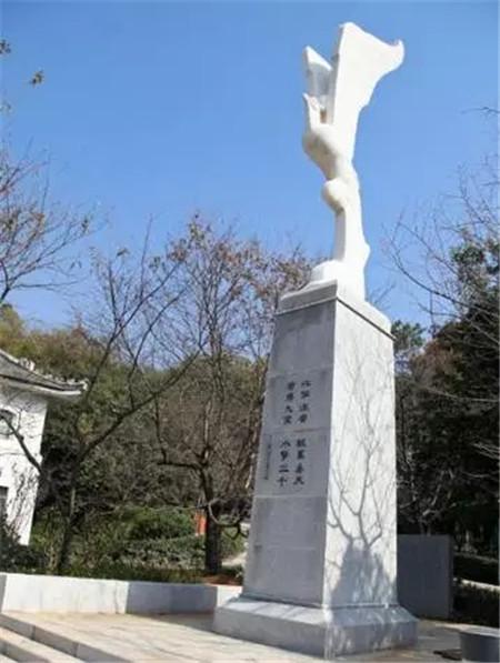这座象征着远大志向和豪放气脉的鲲鹏雕像,是1977、1978级校友毕业时赠予母校的礼物,表示他们立志像鲲鹏一样展翅翱翔。 重庆大学 钟塔